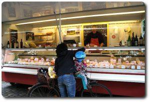 Käse auf Wochenmärkten in Berlin beim Käsehandel kaufen